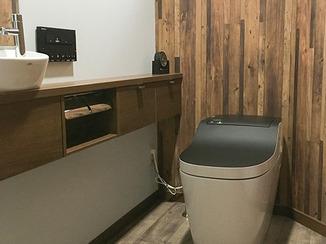 トイレリフォーム 木で作られたかのような配色が美しいトイレ空間
