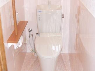 トイレリフォーム デザインに統一感があり、清掃性も高めたトイレ