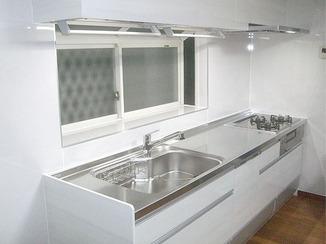 キッチンリフォーム 使いやすく白基調の明るいシステムキッチン