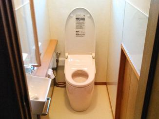 トイレリフォーム 汚れにくい便器とパネルの壁で清掃性を向上させたトイレ